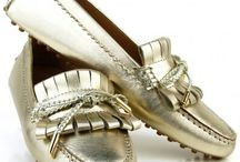Mocassini artigianali fatti a mano personalizzabili made in Italy / Mocassini artigianali -  Dea Sandals Capri realizza mocassini fatti a mano con pellami 100 made in italy certificato. E' possibile personalizzarli  scegliendo fra oltre 100 varianti colore sia pelle che camoscio nonchè la  tipologia di modello, che sia con baffo, con laccetto oppure con nappine o combinandole insieme tra loro, potrai decidere il colore dei gommini di fondo, il colore delle cuciture anche a contrasto e personalizzare i terminali in oro, argento o nudo. shop www.deasandals.com