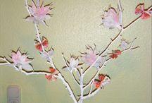 Geburtstagsgeschenk / Zweige weiß anmalen, daran Blumen aus Krepppapier befestigen. diese in eine hübsche Glasflasche mit weißen Kiesel stecken. Evtl. Geldscheine noch daran dekorieren. Sieht sehr edel aus.
