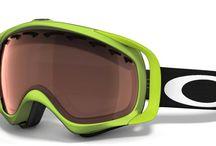 """Oakley síszemüvegek / Egy világszerte ismert szemüveg gyártó cég, termékei közül a nagy teljesítményű napszemüvegek és sí szemüvegek ismertek leginkább. A termékek design-ja futurisztikus és organikus, egyes modellek egyenesen """"idegen"""" jellegűek. Az Oakley márka elkötelezett a folyamatos fejlesztés és minőség mellett, olyan anyagokat használ melyek 100%-os védelmet nyújtanak az UVA, UVB, és UVC sugárzás ellen is."""