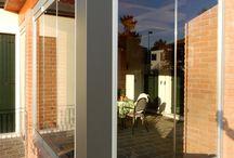 Vetrate, Veranda in legno e muratura / Vetrate con finitura argento su struttura in legno e muratura.