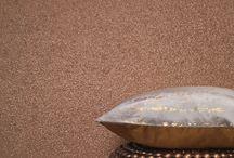 Vista 5 von Rasch Textil - Tapeten mit Naturstoffen / Natürlich, ökologisch und trotzdem elegant und außergewöhnlich – das zeichnen die Tapeten der Kollektion Vista 5 von Rasch Textil aus. Die Oberflächen aus Naturstoffen wie, Kork, Bambus, Granulat, Sisal, Gras oder Mica sorgen für einzigartige Optiken an Ihren Wänden.