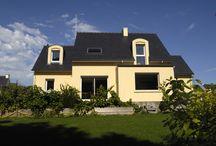 Une maison estivale ! / Une maison aux dorures jaunes par les équipes de Trecobat ! Plus sur www.trecobat.fr