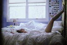 Dormitorios de cine y series / Los dormitorios de cine y televisión más inspiradores. Como el de Zooey Deschanel en New Girl: un vestidor con puerta corredera de metal, ventanas indiustriales, ladrillo visto en la pared y suelo de cemento pulido. La fría estética de loft es algo más cálida con piezas de arte de aires botánicos, muebles vintage y granny chic y la colcha y los cojines: florales, coloniales, muy Jess. Puedes hacerte con un juego parecido en Urban Outfitters.