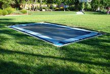 Ingegraven trampolines / Op dit board verzamelen we afbeeldingen van  trampolines die zijn ingegraven. Alle soorten ingegraven en inground trampolines kunnen er op komen te staan. Als we trampolines zien die onveilig zijn ingegraven, zullen we dit bij de foto vermelden.