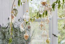 Velikonoční dekorace / Jaro a Velikonoce jdou ruku v ruce. Patříte mezi ty, kteří si rádi domácnost vyzdobí větvičkami kočiček, zlatého deště či tulipány? Rádi byste zkusili letos něco nového? Naše skleněné malované kraslice s tradičními jarními folklórními motivy, ale i moderní čirá vajíčka, která si můžete nazdobit dle vašeho vkusu nebo dekorace v moderních pastelových barvách, či svíčky. Vše najdete u nás, na jenom místě. Vybírat můžete z velikonočních vajíček nebo figurek beránka a zajíčka.