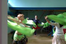 Lezione di #danzadelventre per festeggiare l' #addioalnubilato / La #sposa e le sue amiche vengono accolte in un ambiente decorato per l'occasione con tessuti, incensi e candele profumate. Atmosfera da mille e una notte... Una cinturina con monete, la #danzadelventre, dolcetti arabi e tè verde alla menta accomodate su cuscini e pouff, momento indimenticabile!
