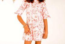Babuska / Kolekce návrhářky Mercedes Burgos jsou známé především ve Španělsku, nicméně díky svému vytříbenému vkusu je vítána na přehlídkách v celé Evropě. V roce 2006 se prosadila svou první kolekcí bikin a od té doby své portfolio dále rozvíjí. Její šaty jsou z prvotřídního materiálu a dokonale provedené, přesvědčte se.
