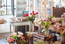[ Caisse ] ✪ Fleuriste / L'art du végétal dans un environnement de bois, matériau naturel, s'impose comme une évidence. Les fleurs fraiches, plantes et végétaux sont mis en avant dans une infinité de combinaisons. Les caisses en bois s'assemblent dans des formes variées et personnelles pour valoriser vos compositions florales.