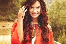 Demi Lovato / Demi Lovato, es una actriz, cantante, escritora, compositora, bailarina, diseñadora de moda, personalidad de televisión y empresaria estadounidense. Su carrera como actriz se inició a temprana edad, apareciendo en la serie de televisión Barney & Friends interpretando a Angela.