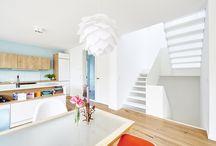 Treppe komplett aus weißem HPL / In dieser Treppe steckt viel mehr, als sie auf den ersten Blick preisgibt: Hinter der optischen Leichtigkeit und minimalistischen Formgebung verbergen sich individuell ausgefeilte Konstruktionsdetails, die eine extreme Widerstandsfähigkeit und Stabilität erzielen. Die ideale Vereinigung von zurückhaltendem Design, Robustheit und außergewöhnlichem Lichtspiel macht die Bolzentreppe zu einem besonderen Highlight im Haus