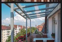 Terrassendächer + Balkonüberdachungen / Mit einem Glasdach die warme Jahreszeit genießen, ohne Angst vor plötzlichen Schauern.