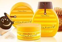 Medová kosmetika HELLO HONEY / Tělová kolekce Hello Honey, jejíž prospěšné vlastnosti pocházejí z bohatství obsaženého v medu - minerální látky, vitamíny, enzymy mají vynikající vliv na stav Vaší pokožky. Z tohoto bohatství přírody, jsme použili z medu jen to nejlepší - samotný extrakt - a spojili ho s přísadami, které pečují o pokožku, abyste si mohli vychutnat sladký rituál koupání!