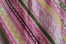kain batik / Kain batik tulis, cap dan printing istimewa yang ada di solo. Batik merupakan kain bergambar yang pembuatannya secara khusus dengan menuliskan atau menerakan malam pada kain itu. Itu baru arti menurut literatur yang sudah ada.