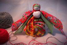 Мастер-классы по традиционной кукле / Мастер-класс по традиционной кукле проходит по воскресеньям в 13.00 Также можно записаться на индивидуальный мастер-класс. И даже пригласить сотрудника музея на свою площадку!