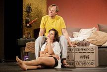 """Sex pro pokročilé - 11. 8. 2017 / 19:00 / Jak získat návod na oživení dlouholetého manželství? Je řešením vzrušující víkend v hotelu a příručka """"Sex pro pokročilé""""? Hrají Jana Krausová a Karel Roden."""