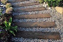 přírodní cesty v zahradách