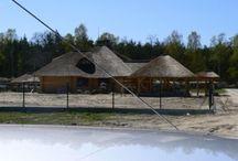 Projekt domu Zagajnik / Projekt domu Zagajnik to projekt małego i ekonomicznegodrewnianego domku z bali. Wnętrze domku Zagajnik ukształtowano z podziałem na część ogólną, dzienną - z salonem oraz część prywatną, nocną z trzema sypialniami i łazienką.