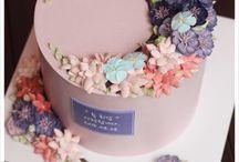 Buttercream cake flower / This board has good examples of buttercream flower cakes/