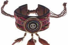 Ibiza armbanden / De armbanden in Ibizastijl zijn de trend van het moment. De armbanden zijn verstelbaar en dus op iedere gewenste maat te dragen.