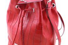 Isabel skóra tłoczona Coco w kolorze czerwonym z domieszką białego / Inspiracją dla powstania modelu Isabel było wyzwanie stworzenia torebki, która spełni wymagania najbardziej wymagających, współczesnych Kobiet. Niebanalnego modelu łączącego w sobie bezkompromisowe połączenie kwintesencji stylu niewymuszonej elegancji, który spełni wszystkie potrzeby nowoczesnej Kobiety