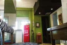 La casa nel pallone / un progetto di ristrutturazione di un'abitazione per un nucleo familiare di 5 persone, attraverso la creazione di un grande open space, con elementi cromatici che evocano i colori della squadra del cuore dei committenti e il verde del prato