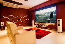 """Proyectos Cine HiFi / Sistema de alta calidad KEF con torres R700, central R600c, surrounds R300 y subwoofers R400. TV de 70"""" y pantalla retráctil de 120"""" con proyector de cine con alta definición 4K. Control acústico del espacio. Sistema completamente automatizado."""