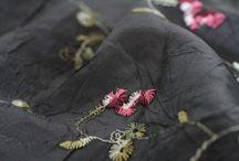 Foulard noir / Pour homme et femme, une large sélection de foulards, écharpes, de châles ou d'étoles. Petits ou grands foulards, carrés en soie, chèche en coton. Des écharpes en laine noir, des foulards en lin, des échappes en coton, des pashmina en cachemire.