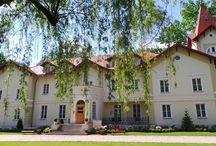 Kobylin - Pałac / Pałac w Kobylinie został wybudowany w II połowie XIX wieku. Ostatnim właścicielem przed rozpoczęciem II Wojny Światowej była Luciana Frassati- Gawrońska. W 1939 roku pałac został zarekwirowany przez okupantów niemieckich i przeznaczony na siedzibę Kreishauptmanna powiatu grójeckiego Wernera Zimmermanna. W roku 1940 z inicjatywy nowego gospodarza pałac gruntownie przekształcono we wnętrzach nadając im bardziej faszystowski charakter. Obecnie w pałacu mieści się hotel i restauracja
