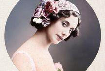 Anna Pàvlova– L'expressió de l'emoció / Pàvlova fou una de les grans ballarines del segle XX. Va néixer a Sant Petersburg el 1881 al si d'una família humil, i va arribar a ser primera ballarina del Teatre Marinsky, i també dels famosos ballets russos de Diaghilev. Anna era una jove de salut dèbil i malaltissa, però la seva determinació la va portar a ser una de les millors ballarines del moment.