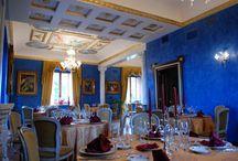 Il grande salone Dimora Sovrana / La location, suggestiva e incantevole, vi meraviglierà per l'eleganza degli ambienti interni, per la maestosità delle sale arredate con gusto e raffinatezza, magnificamente decorate con i colori avvolgenti dell'oro e dell'azzurro.