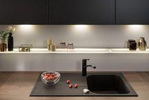 Cuisine Baroc / Une cuisine au caractère affirmé, un éclairage travaillé, entrez dans l'univers de la cuisine Baroc. #cuisines #cuisineséquipées #bois #noir