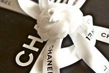 Camélias, rubans, le blanc et noir