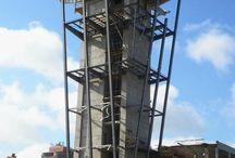 Centrum Kongresowe Targów Kielce cd. / Dobiega końca budowa wieży widokowej w Centrum Kongresowym Targów Kielce, którą prezentowaliśmy w maju br. Obecnie demontowane są deskowania a wieża prezentuje się już w całej okazałości. Na jej szczycie zostanie jeszcze zamontowany stelaż z czerwoną kulą. Wieża będzie najwyższym obiektem w Kielcach. Do realizacji obiektu zastosowano m.in. system samowznoszący ATR, struktury MK oraz pomosty zapadkowe KSP z portfolio naszej firmy.