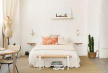 CHAMBRE / BEDROOM / Découvrez la chambre moderne et chaleureuse imaginée par TIPTOE. Retrouvez la table de chevet créée avec les accroches murales BRACKET et le bureau créé avec les pieds de table modulables TIPTOE