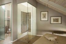 Suite Elegante / Uno stile classico e ricercato che suggerisce momenti di piacevole relax. Stile che si sviluppa per tutta la suite raggiungendo l'apice con l'elegante doccia in cristallo che si affaccia sulla camera da letto.