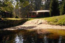 Kemp Na Piskarne / Nachází se v nádherném prostředí Šumavského podhůří mezi řekou Vltavou a zatopenou pískovnou. Je vyhledávaný především vodáky, rodinami s dětmi a cizinci mající v oblibě sjíždění řeky Vltavy a návštěvu překrásných turistických památek v blízkém okolí.