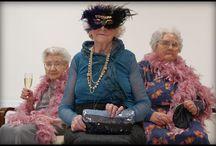 """Onda lunga di Elena Gianini Belotti / La protagonista del libro di Elena Gianini Belotti è un'anziana signora, ironica e indomabile, alle prese con gli inciampi, le inquietudini e gli attacchi di insubordinazione della """"terza età"""". Non la rassicurano le immagini pubblicitarie di ultrasettantenni con il sorriso illuminato da un eccellente adesivo per la dentiera o di spumeggianti coppie mature che grazie a un sofisticato apparecchio acustico riacquistano la giovinezza. Viaggio agrodolce negli umori e nelle risorse della vecchiaia."""