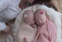 Twins love | Amor de Gêmeos / Como mãe de gêmeos, adoro registrar esta relação única e tão especial entre irmãos! Aqui, algumas imagens lindas de bebês gêmeos que passaram pelas minhas lentes. A fotografia de bebês newborn é mesmo encantadora! Inspire-se!! Enjoy!  Get inspired!
