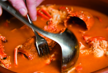 Gastronomía / La gastronomía de Menorca gira en torno al pescado y al marisco fresco, sin olvidarnos de los productos del interior de la isla. El plato más reconocido es, sin duda, la Caldereta de langosta, especialidad que podemos degustar en la mayoría de localidades de la isla, pero cuya meca indiscutible es el puerto de Fornells.