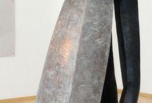 TUSCULANEUM - Katrin König & Beate Debus / Zum wiederholten Male präsentiert die Galerie neueste Werke dieser beiden Künstlerinnen, erstmalig jedoch im direkten Gegenüber. Die archaische Kraft der zum Teil wandfüllenden druckgrafischen Werke von KATRIN KÖNIG treten in einen spannenden und erkenntnisreichen Dialog mit den auf menschlichen Haltungen und Bewegungen (körperlich wie geistig) basierenden Skulpturen der Brockhage-Schülerin BEATE DEBUS.