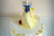 Tarta Blancanieves  / Deliciosa tarta de bizcocho con esencia de canela. Decorada con fondant y figura de pasta de azúcar.