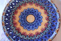 Piatto murale in ceramica,traforato e dipinto a mano decoro Geo/Floris. Diametro 32 cm,120,00 € .