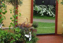 """En tré at Malmö Garden Show 2013 / """"En tré"""" var namnet på Vi tre & trädgårds utställningsträdgård i Malmö Garden Show 2013. Vi ville slå ett slag för den ofta bortglömda framsidan till huset, entrén, och gjorde en tänkt entrésida till oss själva. Med en gång av tegel i form av vår logga som skapade små rum, och med ätbara växter blir entrén både personlig och funktionell. gången leder hem till oss! Hur ser din entré ut?"""