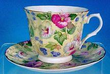 Belas xícaras em cores.