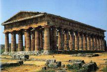 Ókori görög hitvilág, művészeti korszakok / Városállamok,kultúra,művészet(természettudományok,filozófia,költészet,színház,zene,képzőművészet.Politeizmus. I.-Homéroszi kor(i.e.II-VIII.sz.)Spárta-kézművesség,hajózás,kereskedelem.Görög írás,mértékrendszer,pénzhasználat. II.-Archaikus kor(i.e.VII-VI.sz.)adósrabszolgaság,gyarmatosítási törekvések.Athén:rabszolgatartó társadalma.Perzsa háborúk. III.-Klasszikus kor(i.e. V-IV.sz.)athéni demokrácia fénykora(Periklész) Nagy Sándor IV.-Hellenizmus kora(i.e. IV-II. sz.)széthullott birodalom