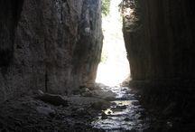 Titus Tünelleri - Hatay / Hatay'ın Samandağ ilçesinde yer alan Titus Tünelleri görülmeye değer. M.Ö. 300 yıllarında kurulan Nikator tarihi kentin sel sularından korunması amacıyla dağ delinerek, uzunluğu 1380 metreyi bulan tünelin açılması yüz yılı bulmuş. Ayrıca 2014 yılında UNESCO'nun Dünya Mirası Geçici Listesi'ne de eklenmiş.