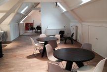 Project P5com / P5COM is een onderneming die zich bezighoudt met resultaatverbetering in de breedste zin van het woord. De klant heeft zelf het voorstel ingediend en dit resulteert zich in uitgesproken warme, rustige uitstraling voor werken en vergaderen. De volgende items zijn gekozen; Eames Plastic Chairs, Gueridon tafels, Plywood Group salon tafel CTM en Lounge stoel LCW, AD HOC werk- en vergadertafels, Softshell chair, HAL Stackable en ID Trim bureaustoelen.