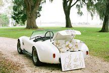 Trouwen: Vintage Thema / Natuurlijk hoef je niet in een kringloopjurk naar het altaar bij dit thema, maar denk eens aan vilten bloemen, een haarkrans in je haar, retro servies en een mooie oude auto om naar jullie trouwlocatie te rijden.