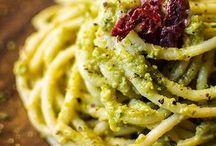 Spaghetti con pesto di zucchine e pistacchi con lo spek