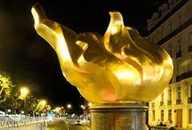 Płomień Wolności / U wylotu mostu Pont de l'Alma, w którym zginęła Księżna, wznosi się monumentalny pomnik w kształcie płomienia. http://zwiedzamyparyz.pl/paryz-nieznany/plomien-wolnosci